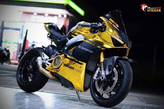 Ducati Panigale V4S do sieu long nguoi ham mo voi phu kien tem dau Sticker doc dao - 8