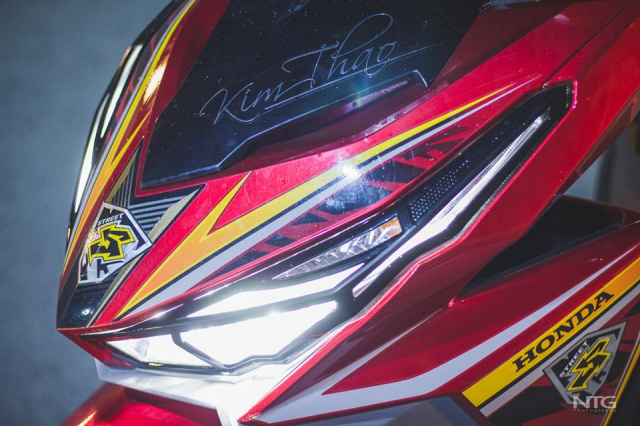 Honda Click 125 do khoe dang khung trong khu do thi Sala