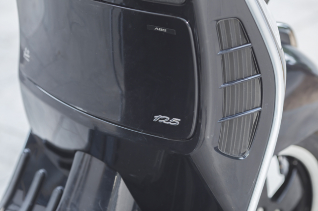 Vespa GTS Super 125 ABS phien ban Jet Black co gia 939 trieu dong - 9