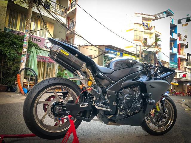 Yamaha R1 do Su tro lai cua huyen thoai bat bai tren duong pho Viet