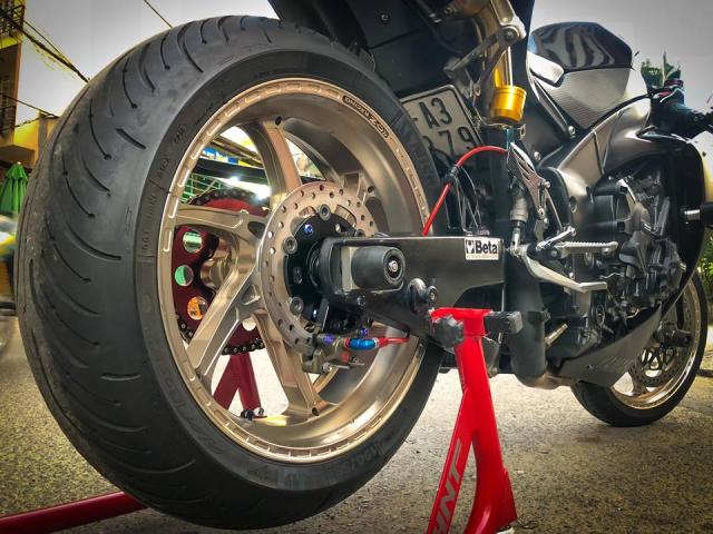 Yamaha R1 do Su tro lai cua huyen thoai bat bai tren duong pho Viet - 16