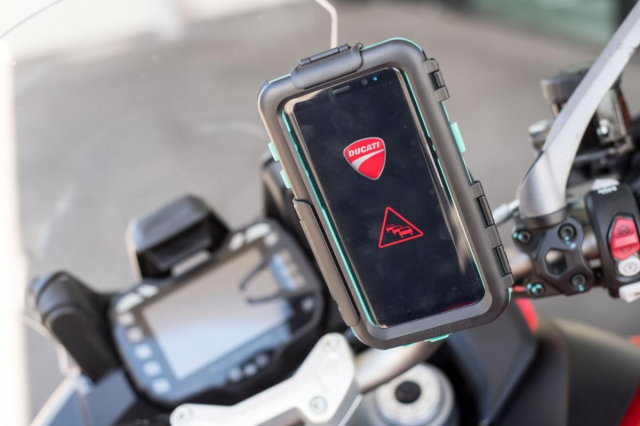 Ducati gioi thieu cong nghe CV2X he thong bao mat moi dem lai su an toan cho nguoi lai