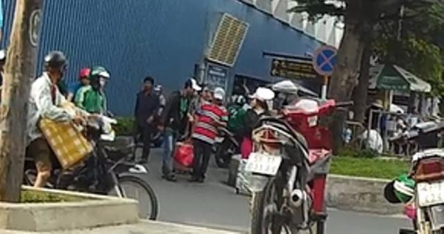 Cau chuyen canh giac ve Grab gia mao long hanh chat chem o san bay