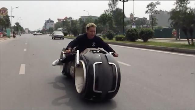 Clip Can canh qua trinh dap thung va cach quay dau xe TronCycle cua Biker Duc Tao Pho tai VN