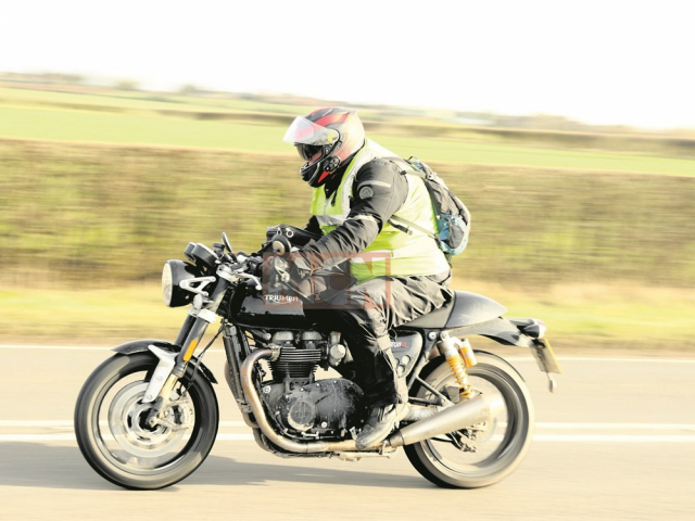 Lo dien Triumph Thruxton R Black dang bi mat chay thu nghiem tai Anh