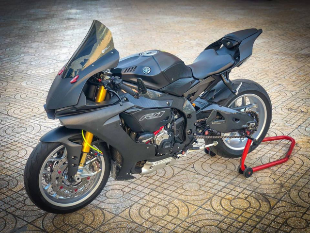 Man nhan voi sieu pham Yamaha R1 mien tay song nuoc don phong cach chay Track