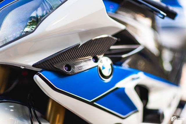 BMW HP4 do gay me nguoi xem voi dan phu tung duong dua day gia tri - 8
