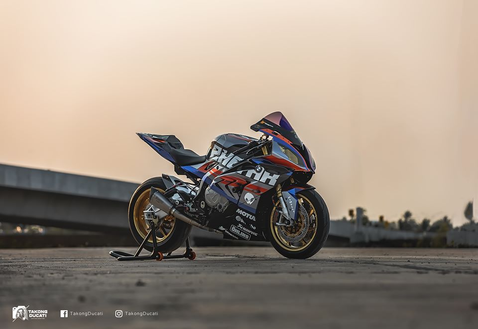 BMW S1000RR do chay bong trong dien mao cuc chat - 3
