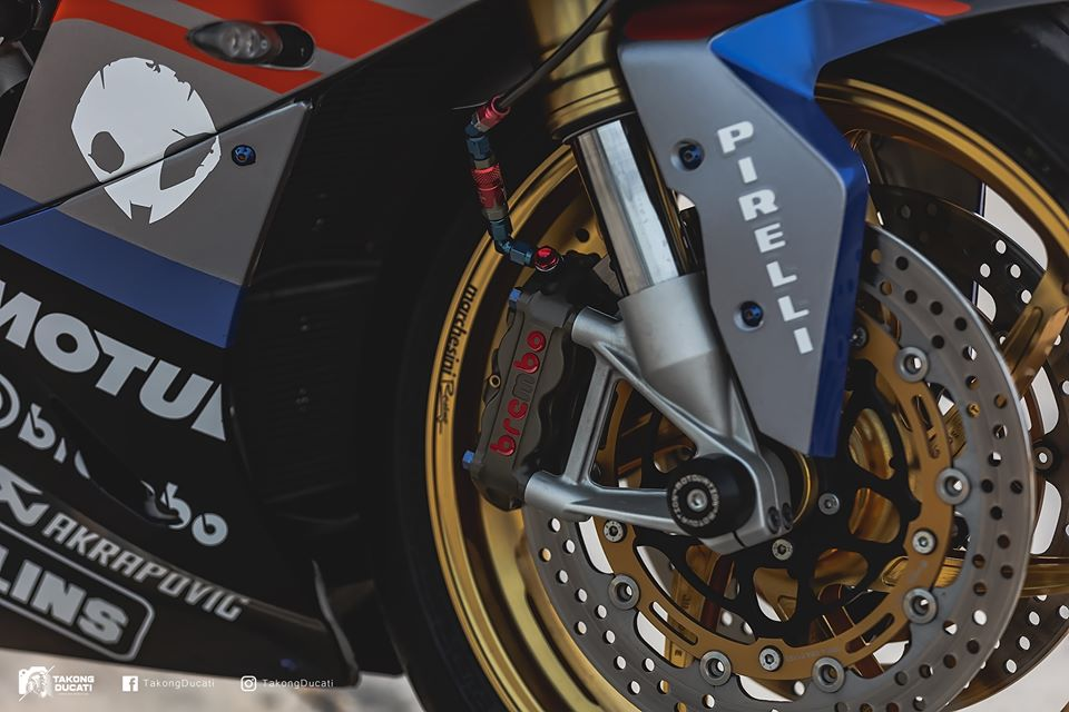 BMW S1000RR do chay bong trong dien mao cuc chat - 6