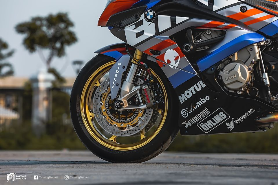 BMW S1000RR do chay bong trong dien mao cuc chat - 5