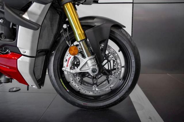 Triumph Speed Triple 1200 RS 2021 va Ducati Streetfighter V4 S tren ban can thong so - 9