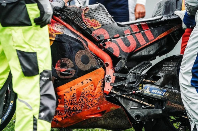 Hinh anh ve chiec xe dua KTM cua Dani Pedrosa boc chay ai cung ron nguoi