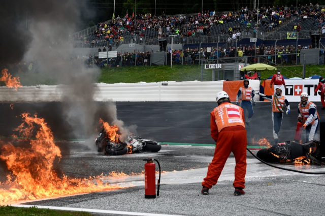 Hinh anh ve chiec xe dua KTM cua Dani Pedrosa boc chay ai cung ron nguoi - 6