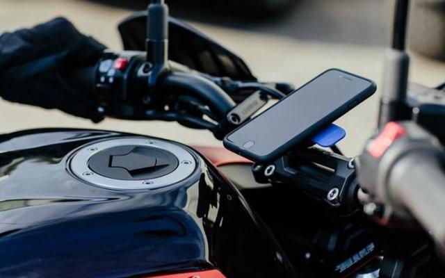Apple canh bao Hong camera neu gan Iphone tren xe may