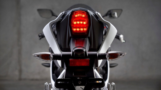 Can canh Yamaha R125 2022 phien ban Ky niem trang bi an dut R15 than thanh - 17