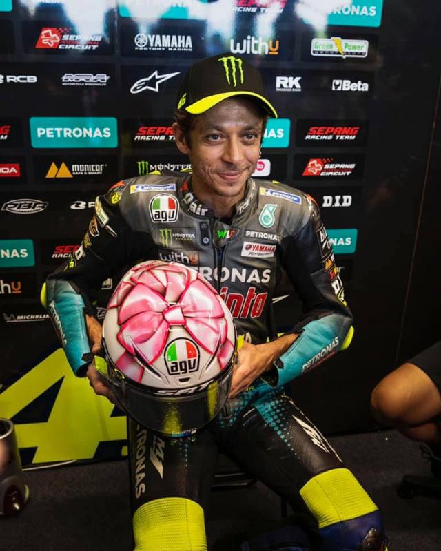 Valentino Rossi gioi thieu mau non danh tang con gai tuong lai - 4